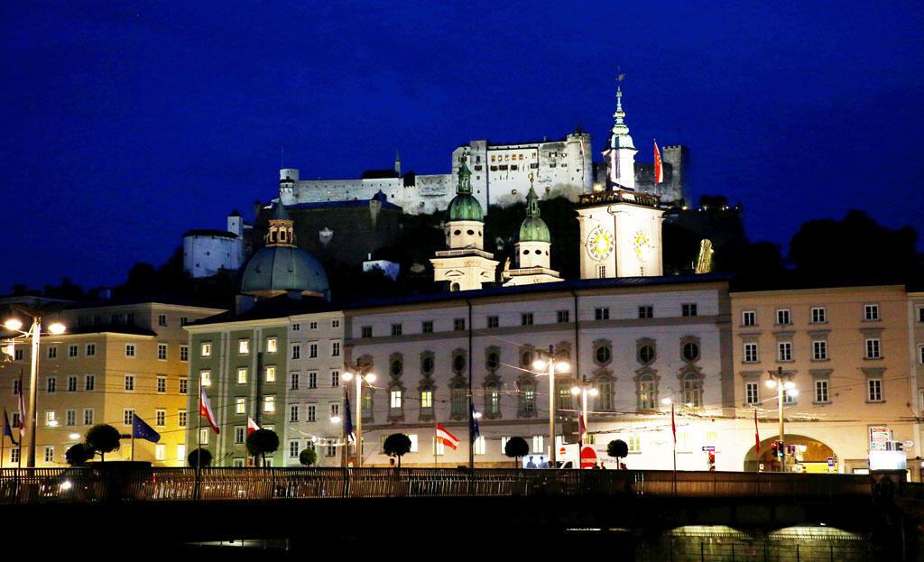 奧地利薩爾茨堡老城和城堡夜景