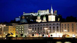 奥地利萨尔茨堡老城和城堡夜景