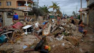 Dans le quartier de Cojimar à La Havane, les habitants récupèrent ce qui peut encore l'être, le 10 septembre 2017, après le passage destructeur de l'ouragan Irma.
