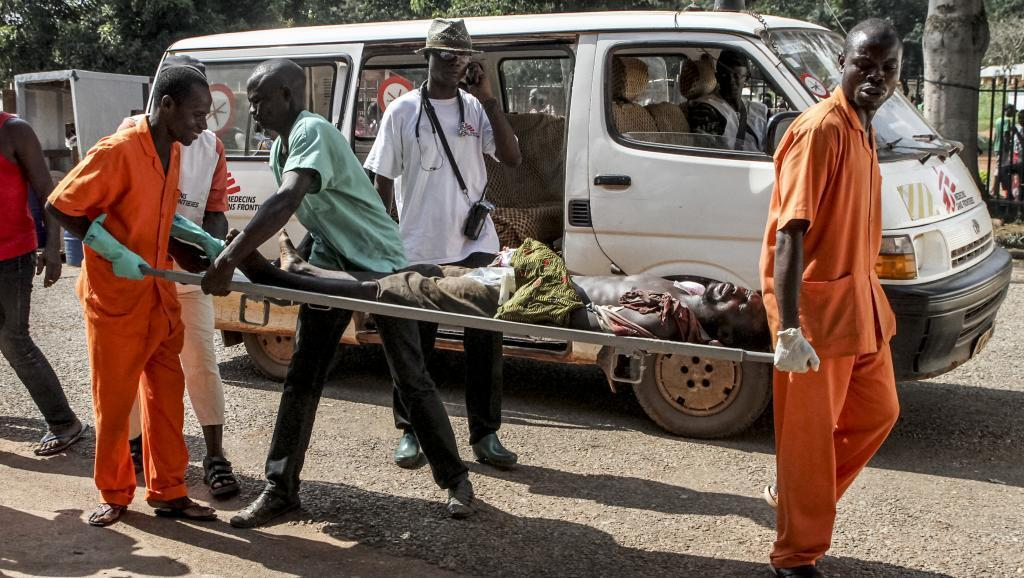 A wounded man is carried into a hospital in Bangui, 26 September 2015