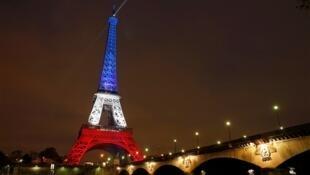 光影修中的巴黎铁塔