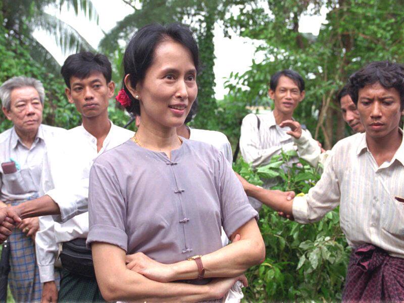Aung San Suu Kyi và các thành viên Liên Đoàn Quốc Gia Vì Dân Chủ (Reuters)