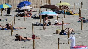 Tắm nắng trên một bãi biển ở La Grande-Motte, miền nam nước Pháp, ngày 26/05/2020