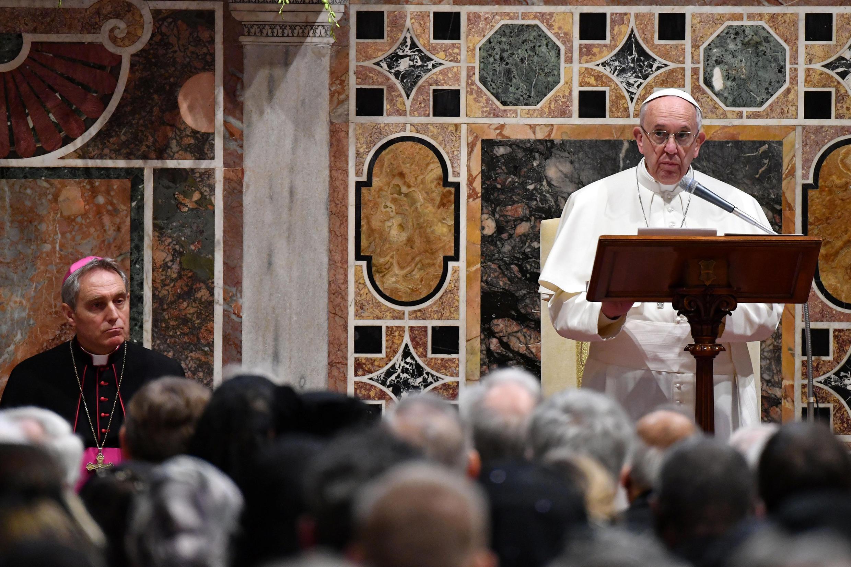 Papa Francis amewataka watu wanaoishi katika nchi zilizoendelea kuishi maisha ya kawaida na kupunguza anasa.