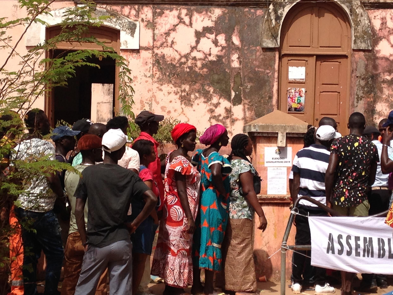 Votantes no final da manhã de 10 de Março de 2019 em Bissau.