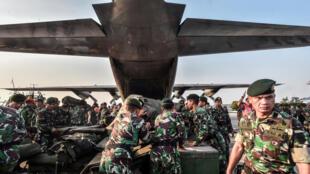 Quân đội Indonesia cứu trợ nạn nhân sóng thần ở Sulawesi. (Ảnh chụp ngày 29/09/2018)