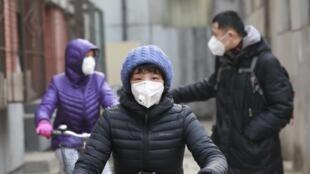 Người dân Bắc Kinh đeo khẩu trang chống ô nhiễm không khí. Ảnh ngày 20/12/2015.