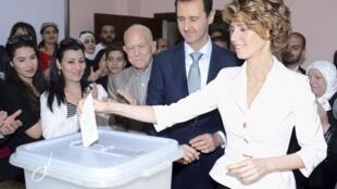 Le président syrien Bachar el-Assad et sa femme Asma el-Assad votent à Damas le 3 juin 2014 pour l'élection présidentielle (image d'illustration).