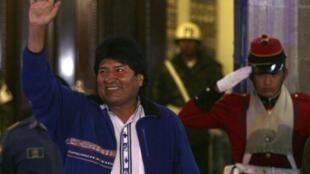 Evo Morales ambaye amechaguliwa rais kwa muhula wa tatu kuiongoza Bolivia, akiwa mbele ya Ikulu mjini La Paz, Oktoba 12 mwaka 2014.