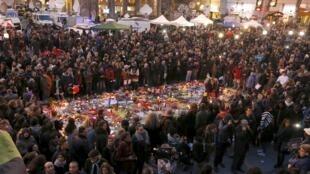 图为比利时民众悼念布鲁塞尔恐袭案中遇难者