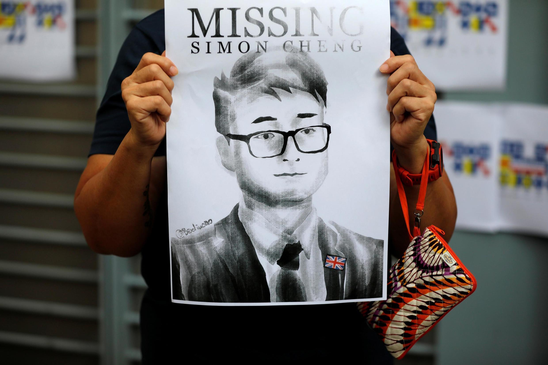 Biểu tình bên ngoài lãnh sự quán Anh ở Hồng Kông về vụ Trịnh Văn Kiệt (Simon Cheng) mất tích ở Trung Quốc từ ngày 09/08/2019.