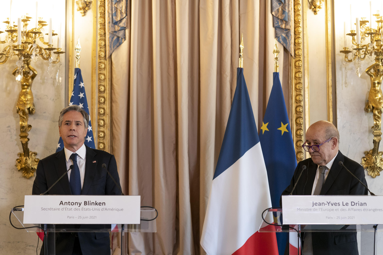 """روز جمعه ۲۵ ژوئن/۴ تیر، ژان ایو لودریان وزیر خارجۀ فرانسه در نشست خبری مشترک با همتای آمریکاییاش گفت: """"ما منتظریم که مقامات ایرانی آخرین تصمیمها را برای به نتیجه رساندن مذاکرات وین اتخاذ کنند""""... لودریان نگفت که این تصمیمها چه هستند اما دشوار بودن آنها را پذیرفت."""
