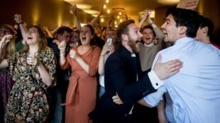 اعضای حزب کارگر هلند، در پی آگاهی بر پیروزی خود در رای گیری روز پنجشنبه، شادی خود را آشکارا نشان میدهند – ٢٣ مه ٢٠١٩