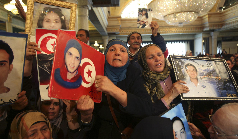 Les proches des victimes de la révolution tunisienne de 2011 lors des célébrations du 4e anniversaire, le 14 janvier 2015, au palais présidentiel.