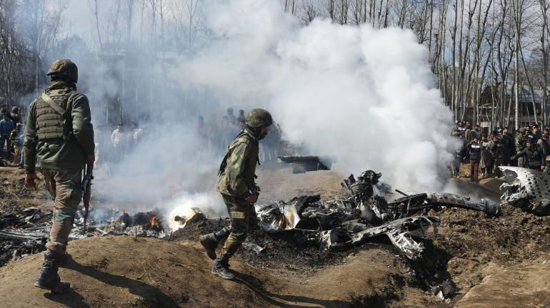 印度當局證實,一架空軍直升機在克什米爾的巴德加姆(Budgam)墜落,士兵趕往現場      2019年2月27日
