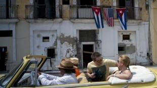 Photo de touristes à La Havane à bord d'une voiture américaine classique, en mars 2016.