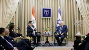 O presidente israelense Reuven Livni ao lado do presidente paraguaio, Horacio Cartes, antes da inauguração da embaixada do Paraguai em Jerusalém