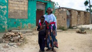 Les retrouvailles de deux peuples. Fana, habitante de Zala Anbesa, en Ethiopie, ici avec son neveu, a retrouvé sa soeur restée en Erythrée depuis vingt ans.