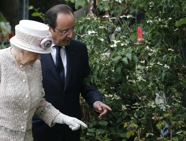 Acompanhada de Hollande, Elizabeth II rebatiza mercado de flores de Paris.