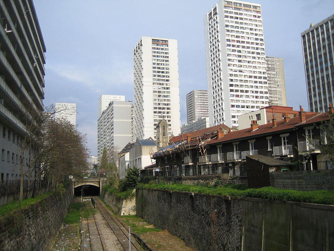 Đường sắt bỏ hoang trong khu châu Á, quận 13, bên cạnh là những khu chung cư cao tầng.
