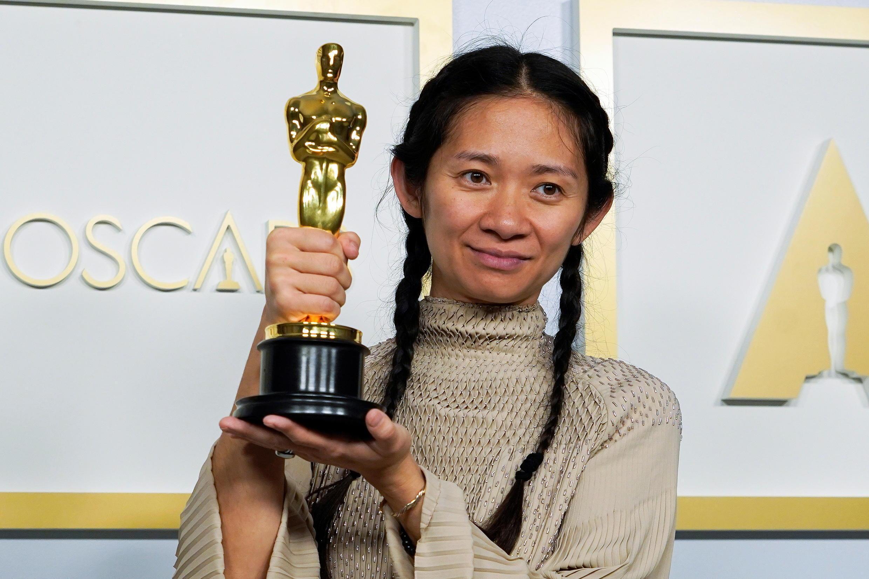 Phim Nomadland của nữ đạo diễn Chloe Zhao ra về với 3 giải Oscar : Phim hay nhất, đạo diễn và nữ diễn viên xuất sắc nhất của năm 2021.