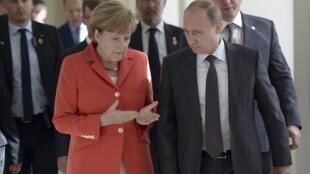 Ангела Меркель и Владимир Путин во время неформальной встречи в Рио-де-Жанейро 13/07/2014