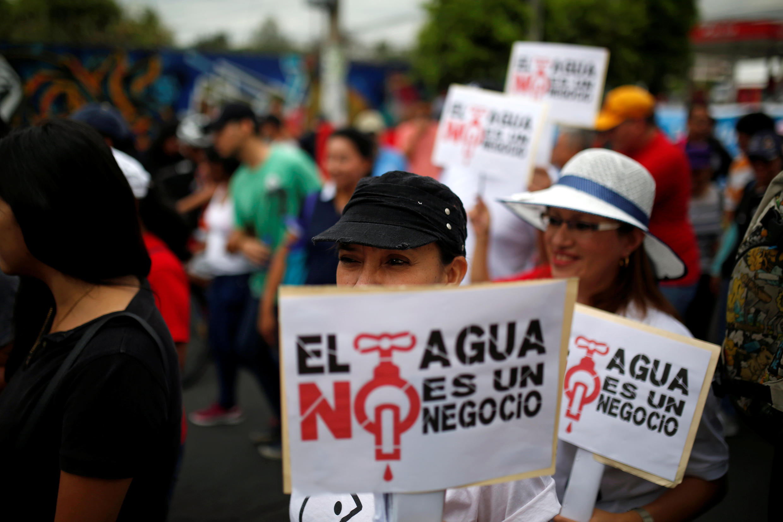 La gente participa en una protesta contra la privatización del agua en San Salvador, El Salvador, el 5 de julio de 2018.