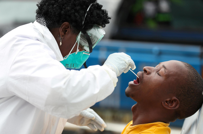 Une soignante effectue un test Covid à Alexandra (Afrique du Sud), le 31 mars 2020.