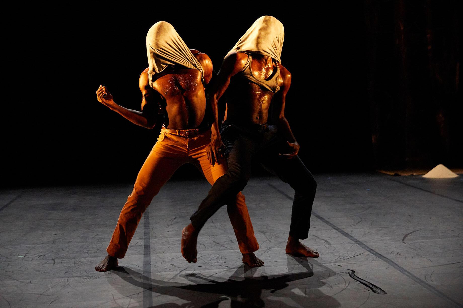 « Figninto – L'œil troué », chorégraphie de Seydou Boro et Salia Sanou, interprétée par Ousséni Dabaré, Jean-Robert Kiki Koudogbo, Ibrahim Zongo.