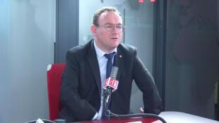 Damien Abad, député de l'Ain, président du groupe Les Républicains à l'Assemblée nationale dans les studios de RFI, le 12 mars 2020.