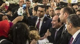 Rais wa Misri Abdel Fattah el-Sissi akisalimiana na wafuasi wa dhehebu la Coptic wakati wa mkesha wa Krismasi Januri 06 2018