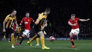 James Wilson na Manchester United yana zira kwallo a ragar Cambridge United a gasar FA ta Ingila