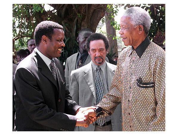 Le 27 mars 2000, le président du Burundi Pierre Buyoya (g) salue l'ancien président de l'Afrique du Sud Nelson Mandela (d), à Arusha (Tanzanie).