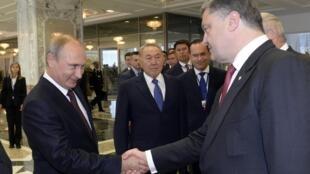 В Минске Путин и Порошенко пожали друг другу руки
