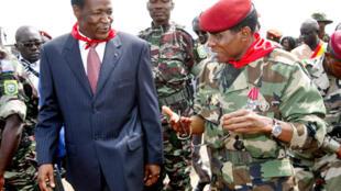 Blaise Compaoré, le président burkinabé et médiateur de la communauté ouest-africaine (g) accompagné du capitaine Moussa Dadis Camara, le chef de la junte guinéenne (d), à l'aéroport de Conakry, le 5 octobre 2009.