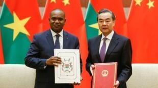中国与布基纳法索外交部长签署《复交联合公报》,2018年5月26号