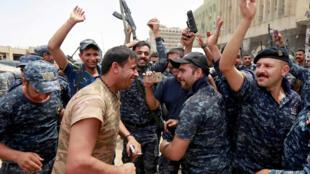 La policía iraquí celebró en el casco histórico de Mosul.