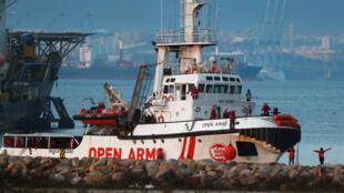 La embarcación de Open Arms llegó a España con más de 300 migrantes rescatados a bordo.