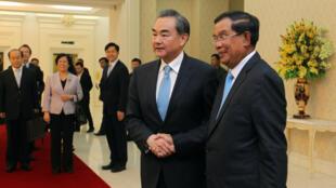 Ngoại trưởng Trung Quốc Vương Nghị (T) và thủ tướng Hun Sen, tại phủ thủ tướng ở Phnom Penh ngày 22/04/2016.