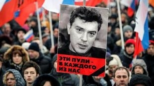 ប្រជាជនរុស្ស៊ីចូលរួមរំលឹកវិញ្ញាណក្ខន្ធលោក Boris Nemtsov មេបក្សប្រឆាំងដែលរិះគន់លោកប្រធានាធិបតីពូទីនមិនចាស់ដៃ និងដែលត្រូវឃាតករបាញ់សម្លាប់កាលពីថ្ងៃសុក្រទី ២៧កុម្ភៈ
