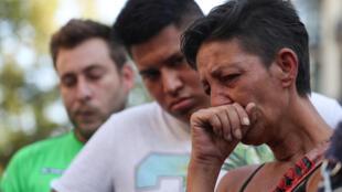 Moradores e turistas se emocionam no local onde uma van atropelou pedestres deixando 13 vítimas e cerca de 100 feridos em Barcelona, 18 de agosto de 2017.