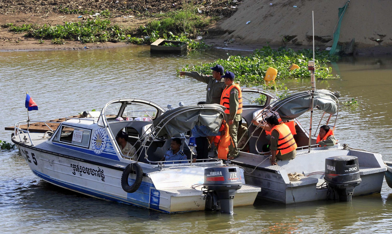 Equipes procurarm corpos no local da tragédia, às margens do rio Mekong.