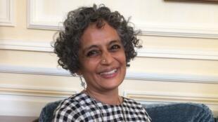 La romancière indienne Arundhati Roy, chez son éditeur français Gallimard (janvier 2018).