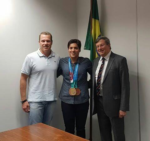 Ana Marcela com o técnico Fernando Possenti e o cônsul brasileiro Ministro Carlos Alberto Asfora.