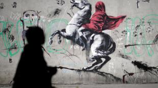Одно из настенных изображений в Париже, приписываемых Бэнкси, отсылка к картине «Бонапарт на перевале Сен-Бернар» Жан-Луи Давида