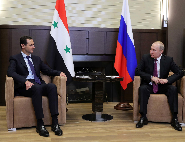 Shugaban Rasha Vladimir Putin tare da shugaban Syrian Bashar al-Assad a wajen hutawa na  Sochi, Russia ranar 17 Mayu, 2018.