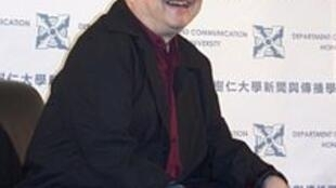 倪匡2007年11月在香港树仁大学主持讲座。