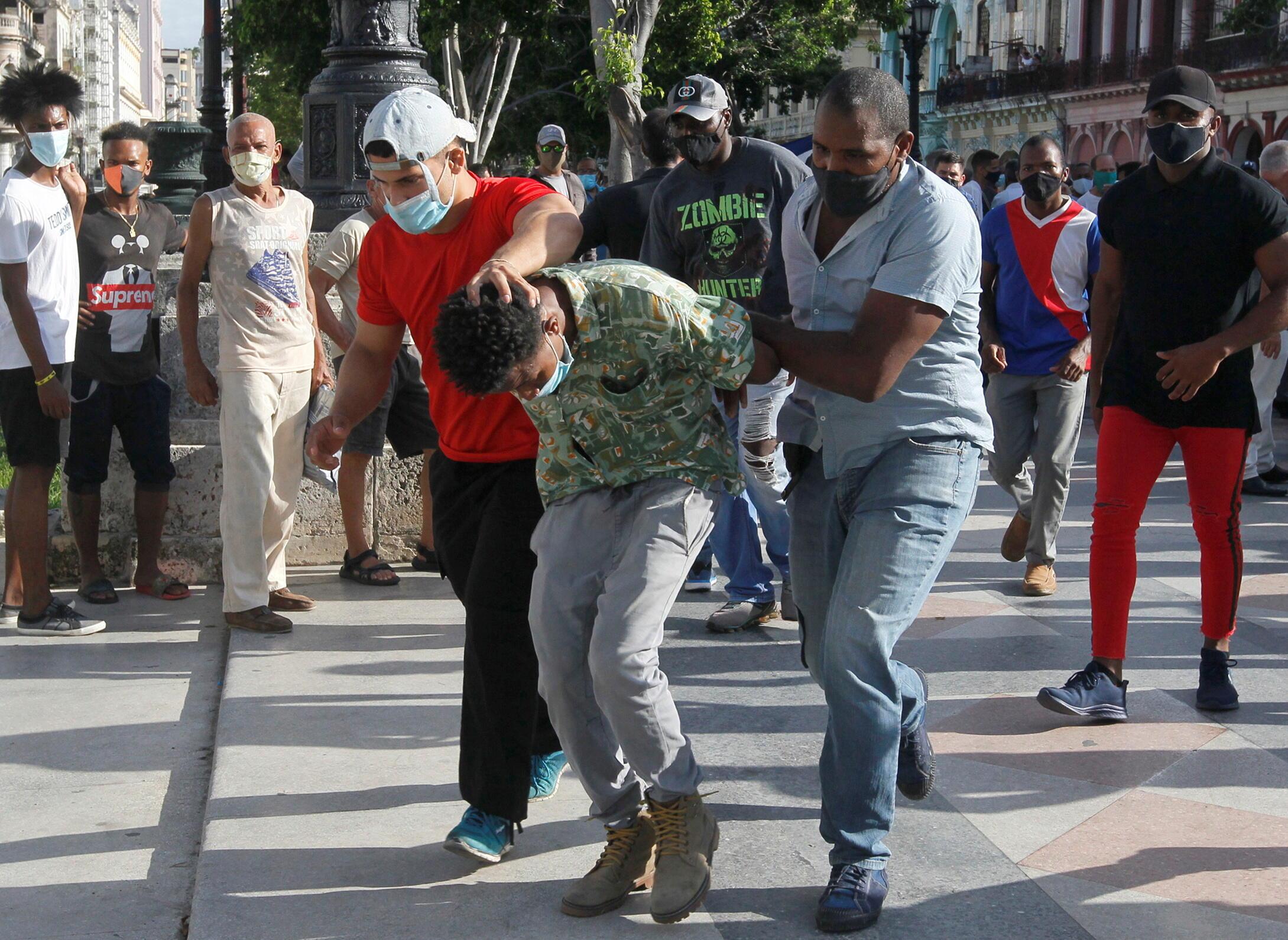古巴首都哈瓦那便衣警察抓捕示威者资料图片