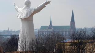 La plus haute statue du pape Jean-Paul II, à Czestochowa, dans le sud de la Pologne, le 13 avril 2013. Karol Józef Wojtyła est né près de Cracovie en Pologne en 1920, il est choisi en 1978 pour succéder au pape Jean-Paul Ier.