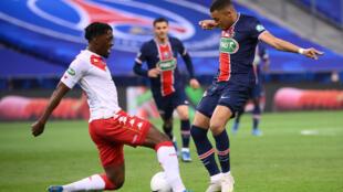 L'attaquant du Paris-SG, Kylian Mbappé (d), aux prises avec le défenseur de Monaco, Axel Disasi, lors de la finale de la Coupe de France, au Stade de France, le 19 mai 2021